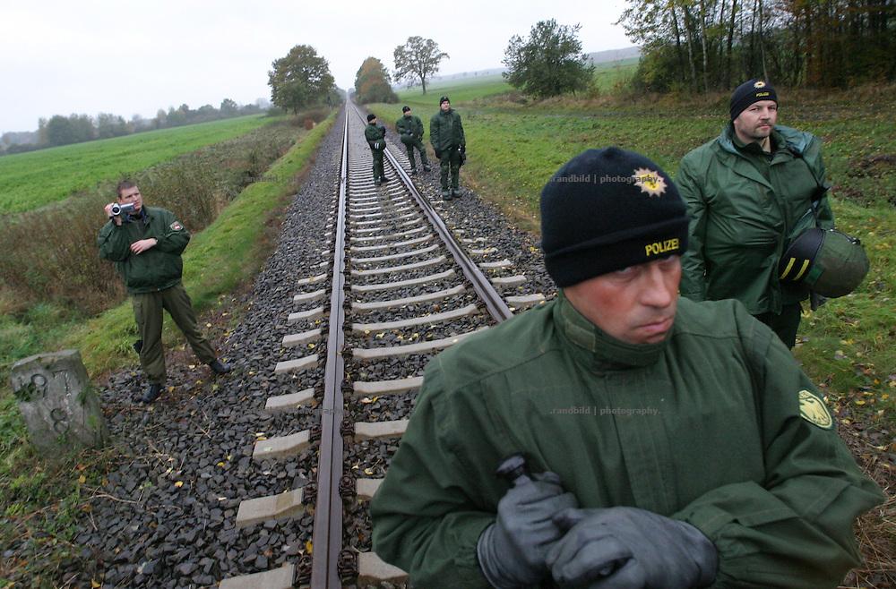Deutschland, Dahlenburg, 2006-10-05, Polizeibeamte sichern die für einen Castortransport nach Gorleben vorgesehene Transportstrecke. (Policemen guards a railway of a nuclear waste transport to Gorleben.)