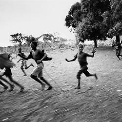 Arrivée du Cinéma Numérique Ambulant dans un village près de Natitingou, au Bénin.