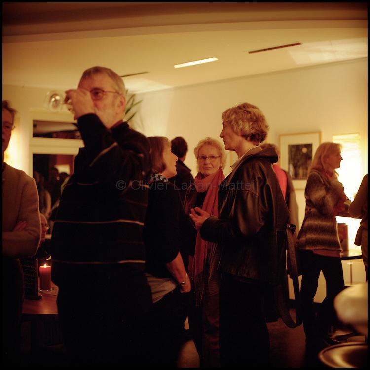 Le 22 octobre 2011, frontière Allemagne / Belgique, près d'Aix La Chapelle, RN 68. Des clients discutent lors de l'entracte d'un concert de jazz à l'intérieur de l'ancien poste frontière allemand de Köpfchen transformé en bar et salle culturelle.