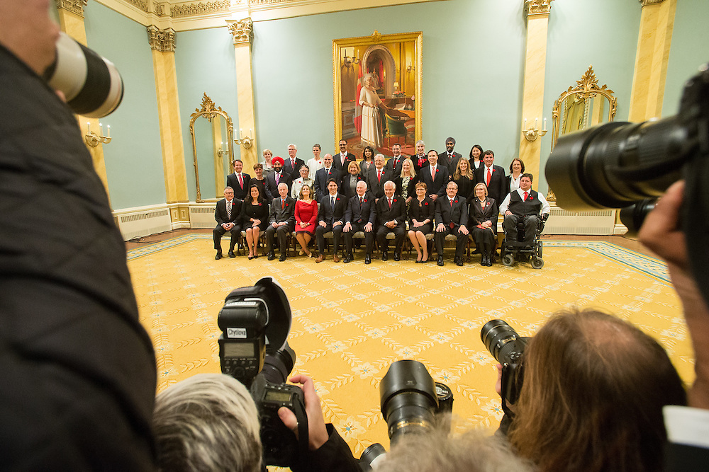 Governor General David Johnstone and Prime Minister Justin Trudeau pose for a photo with Trudeau's cabinet after being sworn in at Rideau Hall in Ottawa, Ontario, November 4, 2015.<br /> AFP PHOTO/ GEOFF ROBINS