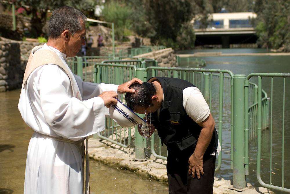 Le site de baptême de Yardenit reçoit des pèlerins du monde entier tout au long de l'année. Jésus aurait été baptisé dans le Jourdain à cet endroit. Yardenit est situé en contrebas du Lac de Tibériade, entre les barrages Degania et Alumot, les seuls kilomètres du fleuve a être considérés propres et naturels alors qu'il est long de 360 km. Israël, mai 2011
