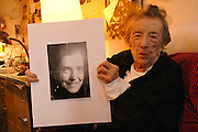 USA New York Artist Louise Bourgeois at her home holding a portrait of her which was shot by photographer Robert Mapplethorpe in 1982 . German: Die Kuenstlerin Louise Bourgeois in ihrem Haus in Manhattan mit einem Ausschnitt eines Fotos welches der Fotograf Robert Mapplethorpe 1982 von ihr machte ...© Stefan Falke