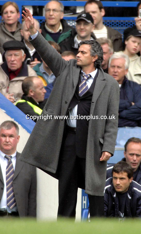 23 April 2005: Chelsea manager Jose Mourinho issues instructions from the touchline during the Premier League match between Chelsea and Fulham. Chelsea beat Fulham 3-1 in the game played at Stamford Bridge Photo: Action Plus<br /> <br /> <br /> 050423 football soccer premiership premier league coach