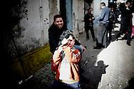TUNISI. UN BAMBINO IMPUGNA UN FUCILE GIOCATTOLI NELLE STRADE DELLA MEDINA DI TUNISI;