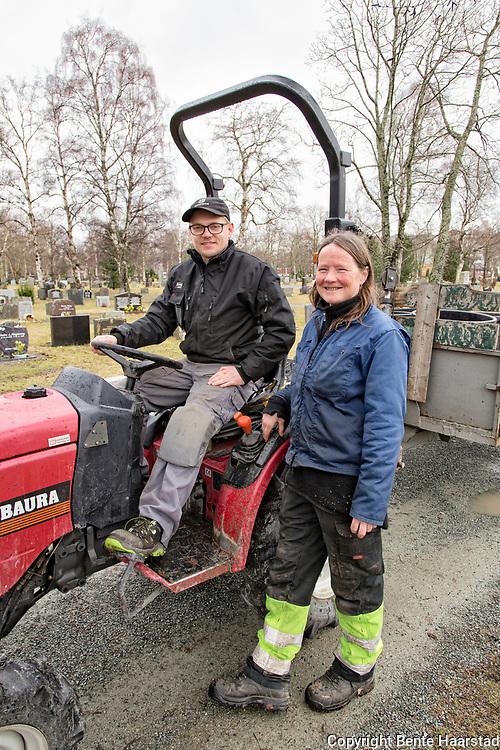 Inger Strand, gravplassleder ved Lademoen kirkegård, og gravplassarbeider Tor Harald Johnsen, er begge svært glad for stabiliseringsprosjektet for gamle plastgraver, og sier at kalkingsprosjektet har lyktesw svært godt i Trondheim. Noe som har uvurderlig betydning for arbeidsforholdene.