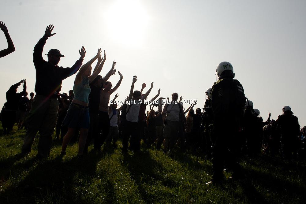 7 Juin - Porte Ouest de la zone rouge : Dans un champ proche, la police recule une nouvelle fois sous la pression des activistes.