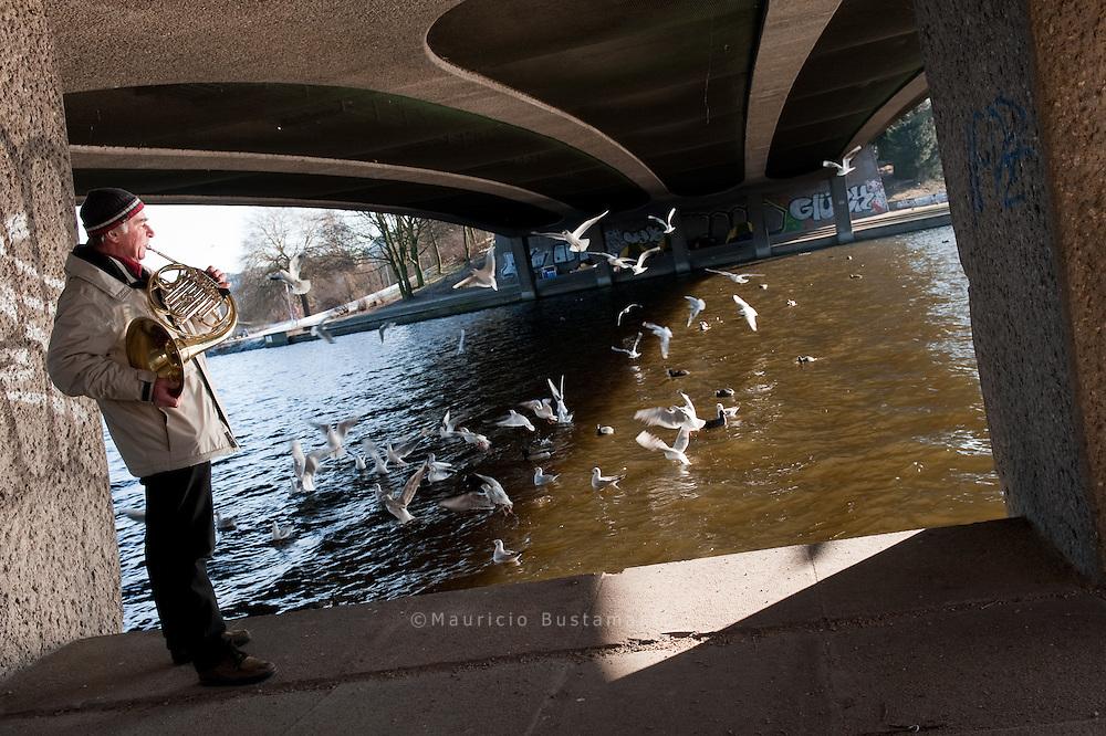 Kleine Alster Die Alster ist ein 53 km langer Nebenfluss der Elbe. Er fließt durch Süd-Holstein und Hamburg. Der Alstersee in Hamburg umfasst die Binnen- und Außenalster