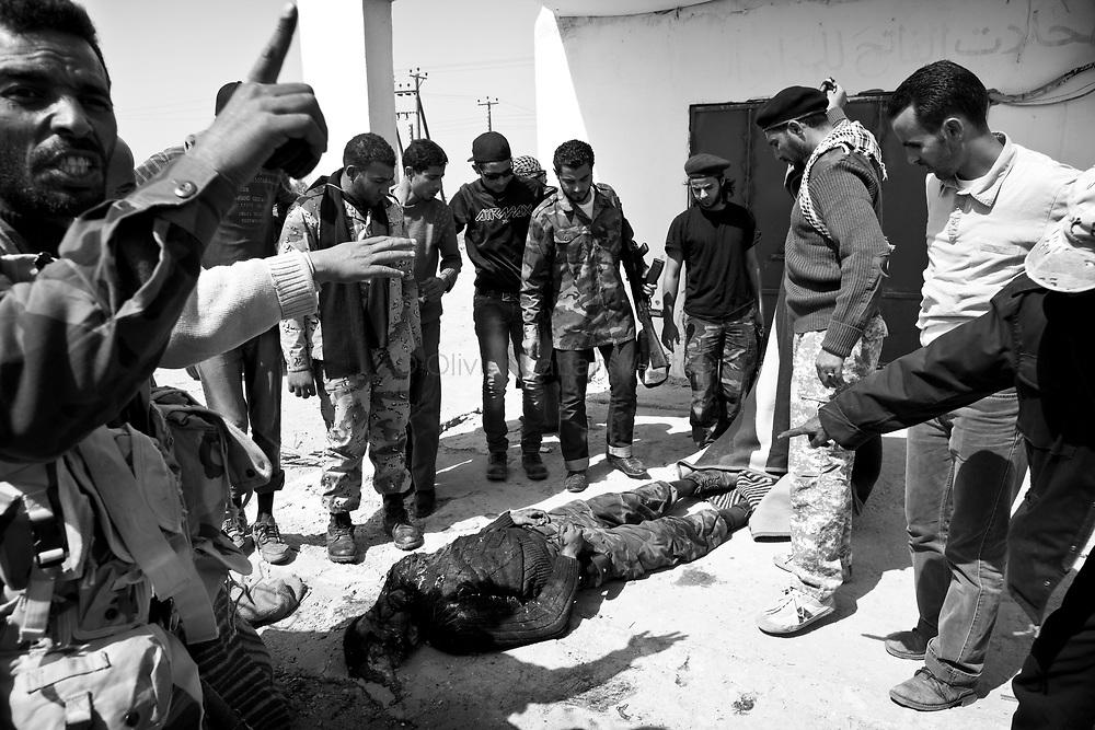 Decouverte d'un corps d'insurgé laissé par l'armée régulière sur la route de Syrte, entre Ras Lanouf et Ben Djaouad.