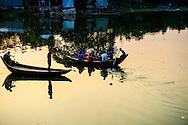 14-11-2105 DHAKA - het straatleven in de hoofdstad van Bangladesh waar koningin Maxima een 3 daags bezoek aan brengt . Koningin Máxima heeft weer een verre reis voor de boeg. De vorstin is volgende week maandag tot en met woensdag in Bangladesh. Zondag maakt ze een tussenstop in het Turkse Antalya. Máxima bezoekt Bangladesh op uitnodiging van de regering en als speciale pleitbezorger van de secretaris-generaal van de Verenigde Naties voor inclusieve financiering voor ontwikkeling. Op de agenda staan onder meer een gesprek met de minister-president van Bangladesh en een bezoek aan een kledingfabriek. Voordat de koningin naar Bangladesh gaat, bezoekt ze in Turkije de G20-top. Zondag houdt ze tijdens de top in Antalya een toespraak bij de lancering van het 'SME Finance Forum's global membership network' van het Global Partnership for Financial Inclusion (GPFI). Eind vorige maand maakte Máxima een verre reis met haar man koning Willem-Alexander. Het koningspaar ging op staatsbezoek naar China. De koningin moest vervroegd terugkeren vanwege een nierbekkenontsteking. Na een paar dagen in het ziekenhuis ging ze vorige week weer aan de slag. COPYRIGHT ROBIN UTRECHT