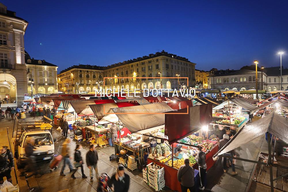 Torino: il mercato di Porta Palazzo in piazza della Repubblica. <br /> Turin: street market of Porta Palazzo
