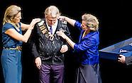 Koningin Máxima reikt maandagmiddag 1 december in Theater Amsterdam de Prins Bernhard Cultuurfonds P
