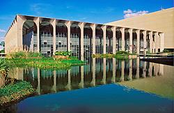 Brasilia, Distrito Federal, Brasil. Agosto/2004.Vista lateral do Palacio Itamaraty. / Side view of the Itamaraty's Palace, the Ministry of Foreign Affairs of Brazil, designed by Oscar Niemeyer..Foto ©Marcos Issa/Argosfoto.
