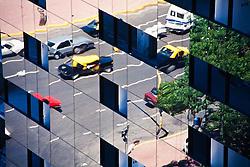 Taxis tipicos de Buenos Aires na Avenida Nove de Julho, vistos em reflexo na fachada de um predio. Argentina / Typical taxis of Buenos Ayres on 9th of July Avenue viewd by the reflection of a building's facade. Argentina. 008818. Foto Marcos Issa/ARgosfoto