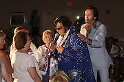 USA Nordamerika Memphis Tennessee Images of the King Contest ..About 70 international Elvis Presley  inpersonators perform 5 nights at the annual Images of the King Contest in Memphis Tennessee the audience is mostly female contestant Gilles Elmiliah (Israel) on stage..Elvis Presley Wettbewerb 2006 jedes Jahr im August singen ca  70 internationale Elvis Interpreten 5 Tage lang in Memphis um die Wette Das Publikum besteht vorwiegend aus Frauen Teilnehmer Gilles Elmiliah (Israel) auf der Buehne.