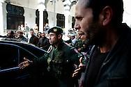 TUNISI. UN UFFICIALE DELL'ESERCITO TUNISINO FA SPAZIO TRA LA FOLLA NELLA PIAZZA DELLA KASBAH PER PERMETTERE IL PASSAGGIO DELLE MACCHINE DEI LEADER POLITICI;