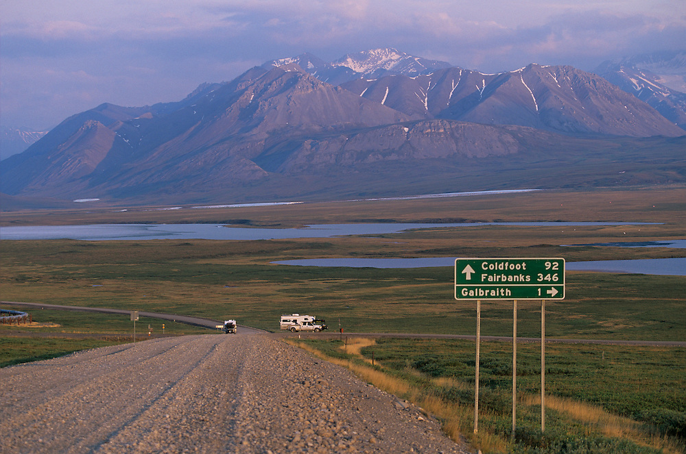 USA, Alaska, Setting midnight sun lights Dalton Highway north of Atigun Pass in Brooks Range north of Arctic Circle