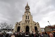 25 mars 2016: Sur le parvis de la basilique Saint-Denys d'Argenteuil, les fidèles ce sont réunis à du chemin de croix. Ils attendent l'ouverture de la porte sainte pour aller prier devant la Sainte Tunique du christ. Argenteuil, 95. France.
