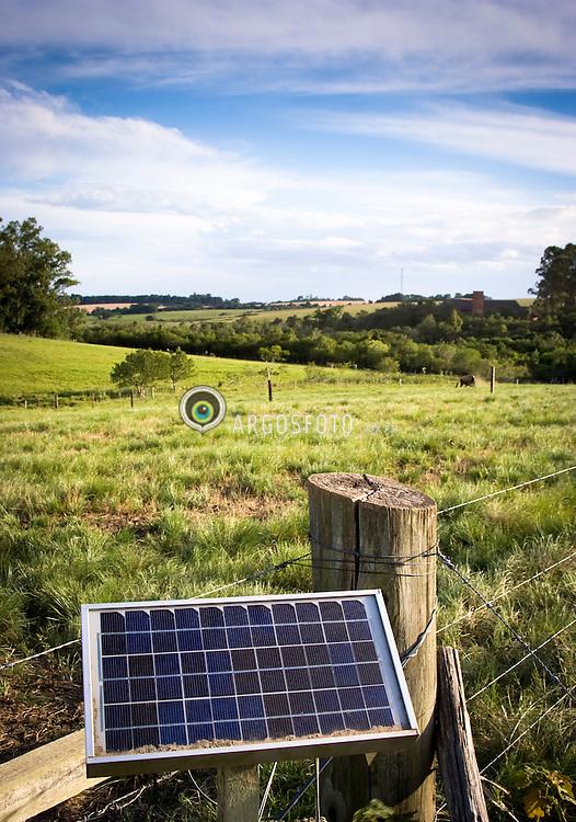 Solar power electric fencing used to cotain livestock / Placa fotovoltaica de captacao de energia solar em uso como cerca eletrica para o gado. Rincao Gaia, Pantano Grande - RS, Brazil - 2008.
