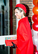 3-2-2015 GOIRLE -  Queen Máxima is Tuesday February 3 present at the presentation of the 'Central Child' award from Foundation The Forgotten Child location Kompaan and The Curve in Goirle. COPYRIGHT ROBIN UTRECHT 3-2-2015 GOIRLE - Koningin Máxima is dinsdagmorgen 3 februari aanwezig bij de uitreiking van de 'Kind Centraal' award van Stichting Het Vergeten Kind aan opvanglocatie Kompaan en De Bocht in Goirle. COPYRIGHT ROBIN UTRECHT