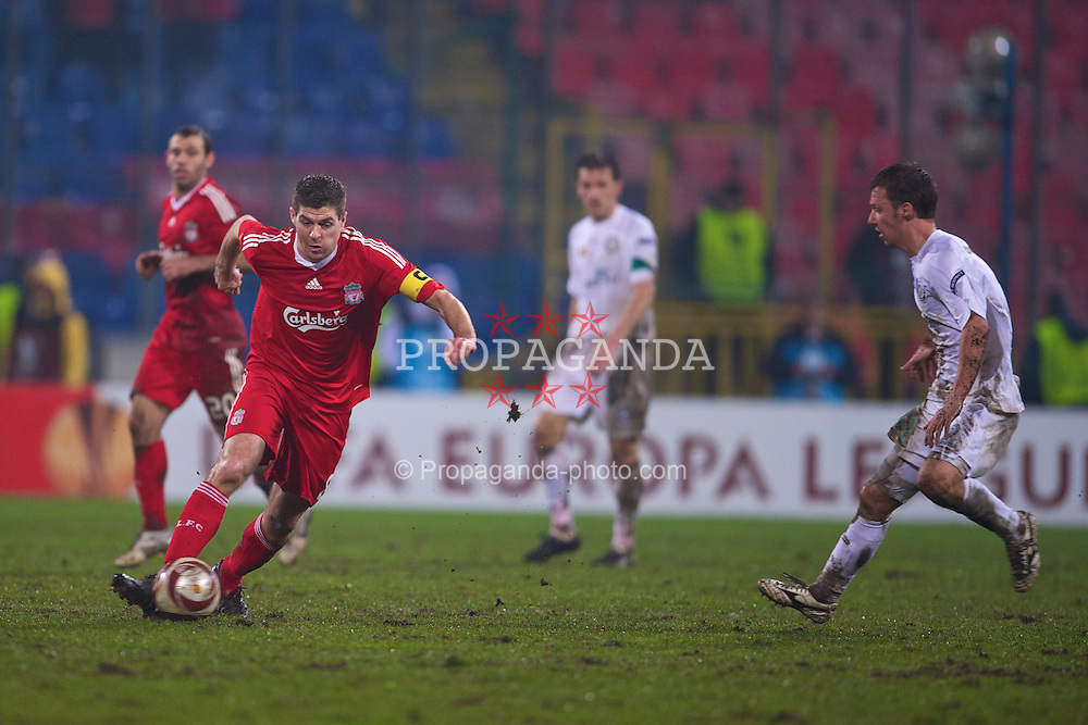 BUCHAREST, ROMANIA - Thursday, February 25, 2010: Liverpool's captain Steven Gerrard MBE in action against FC Unirea Urziceni during the UEFA Europa League Round of 32 2nd Leg match at the Steaua Stadium. (Photo by David Rawcliffe/Propaganda)