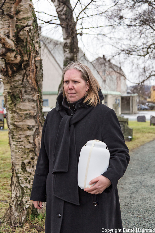 Hanna Ihle-Reitan er ansatt som anlgeggsgartner ved Lademoen kirkegård i trondheim, men i likhet med de andre ansatte må hun utføre arbeidsoppgaver av mange slag. Noe hun ikke har noe imot. Her bærer hun en urne fram til graven, som også er en del av oppgavene på gravplassen i Trondheim.
