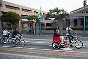 Fietsers in San Francisco. De Amerikaanse stad San Francisco aan de westkust is een van de grootste steden in Amerika en kenmerkt zich door de steile heuvels in de stad. Ondanks de heuvels wordt er steeds meer gefietst in de stad. <br /> <br /> Cyclists in San Francisco. The US city of San Francisco on the west coast is one of the largest cities in America and is characterized by the steep hills in the city. Despite the hills more and more people cycle