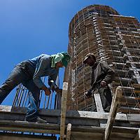 Des ouvriers Palestiniens travaillent sur le chantier d construction de la tour Palestine a Ramallah le 6 Mai 2010...Photo: Olivier Fitoussi pour Liberation
