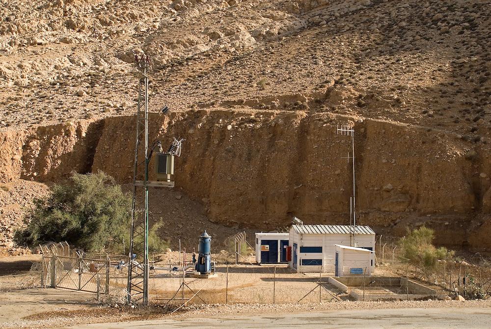 Station de pompage de Mekorot. La source d'Auja a été dramatiquement asséchée, conséquence de l'implantation des puits de Mekorot, la compagnie israélienne des eaux, et plus récemment, du changement climatique. Auja, Territoires Palestiniens Occupés / West Bank, mai 2011