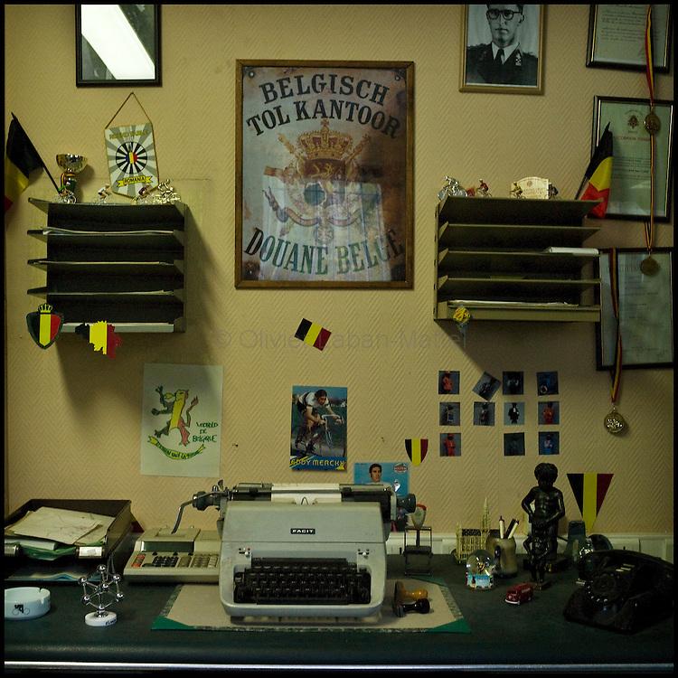 Le 23 octobre 2011, frontière Belgique / France, village de Macquenoise (B), RN 99.  Un bureau de douanier belge a été reconstitué à l'intérieur de l'ancien poste frontière belge de Macquenoise transformé en musée depuis le tournage du film «Rien à déclarer».