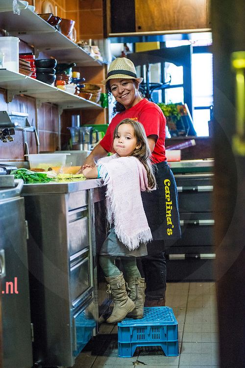 Nederland enschede 1okt2013 Sandra van Kesteren-Vasquez Burbano (34), is geboren in Colombia. Onder moeilijke omstandigheden leerde zij koken van haar moeder, die empanada's' en tamales verkocht op straat. Ze startte het restaurant Carlina's Eethuis, genoemd naar haar moeder, en won de eerste prijs (gouden duyt) bij het Proef-eet dit jaar in Enschede.Hier samen met dochter Natalya in de keuken.