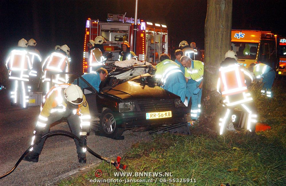 NLD/Huizen/20050920 - Dodelijk ongeval Nieuw Bussumerweg Huizen, auto tegen boom