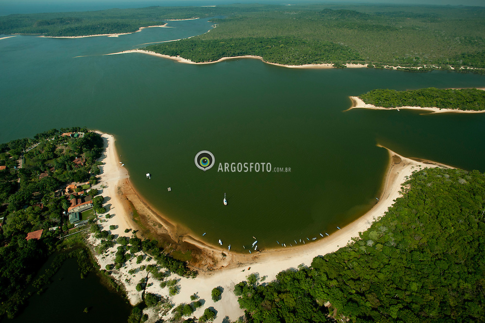Situado na vila de Alter do Chao, na cidade brasileira de Santarem, o Lago tem uma peculiar forma de V, cercado por praias de areias brancas, durante o periodo de maior estiagem./ Situated in the village of Alter do Chao, the Brazilian city of Santarem, the lake has a peculiar V-shaped, surrounded by white sand beaches, during the period of increased drought.