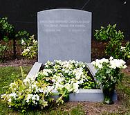 LAGE VUURSCHE - Op de begraafplaats in Lage Vuursche is de grafsteen geplaatst op het graf van Prins Friso. De prins werd op 16 augustus vorig jaar begraven, nadat hij overleed aan de gevolgen van de complicaties die zijn opgetreden door de hersenbeschadiging die hij opliep bij het ski-ongeluk op 17 februari 2012. COPYRIGHT  robin utrecht