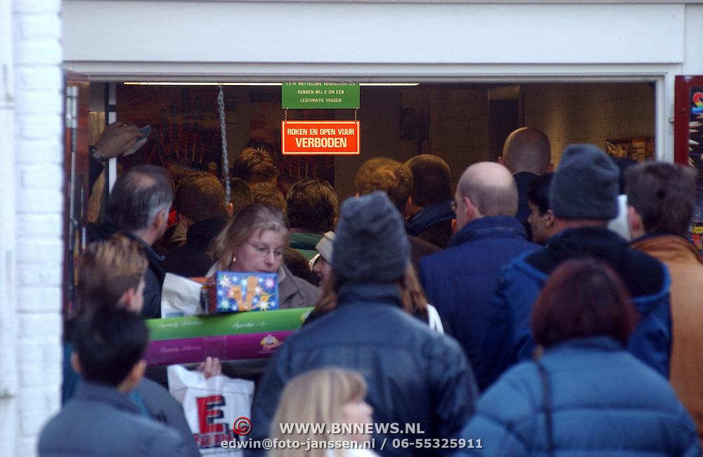 Lange rij bij vuurwerkverkoop IJzerhandel Vos Huizen, drukte