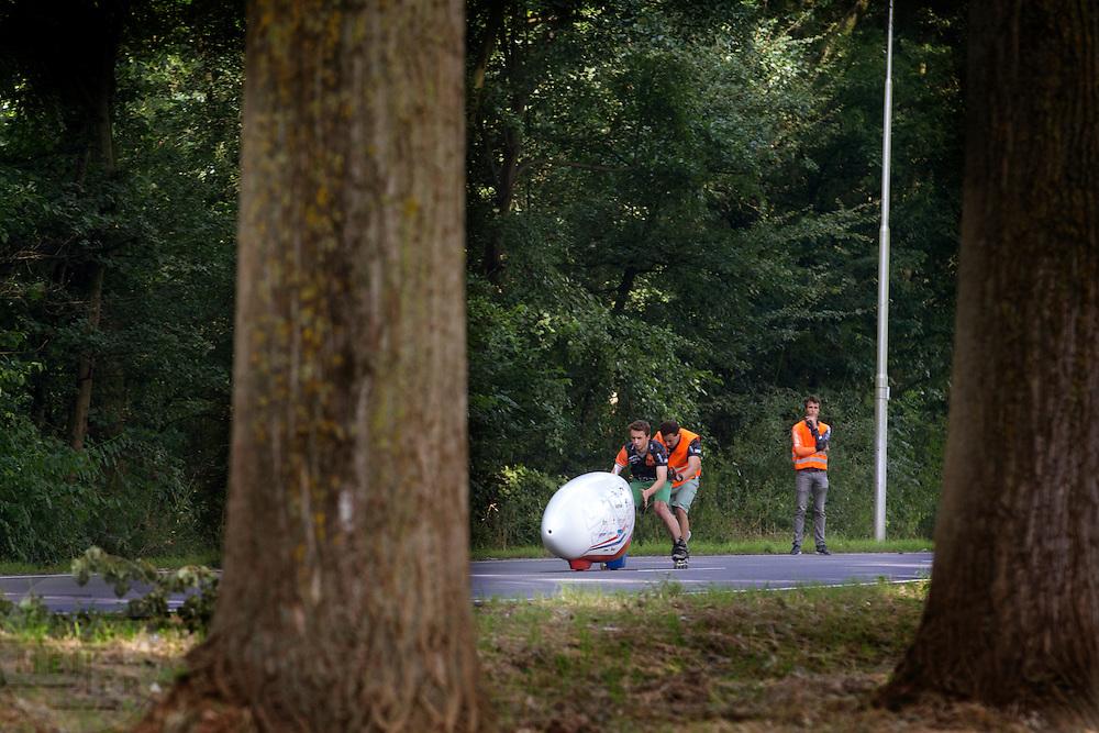 Jan Bos gaat van start in de VeloX 6. In Delft test het Human Power Team de VeloX 6, de nieuwe aerodynamische fiets, op de  speciaal voor hun afgezette weg. Jan Bos rijdt uiteindelijk 59 km/h. In september wil het Human Power Team Delft en Amsterdam, dat bestaat uit studenten van de TU Delft en de VU Amsterdam, tijdens de World Human Powered Speed Challenge in Nevada een poging doen het wereldrecord snelfietsen te verbreken. Het record is met 139,45 km/h sinds 2015 in handen van de Canadees Todd Reichert.<br /> <br /> With the special recumbent bike the Human Power Team Delft and Amsterdam, consisting of students of the TU Delft and the VU Amsterdam, also wants to set a new world record cycling in September at the World Human Powered Speed Challenge in Nevada. The current speed record is 139,45 km/h, set in 2015 by Todd Reichert.