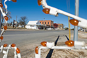 Crawford, Texas, USA..Die Hauptstrasse von Crawford, einige Weihnachtsdekorationen noch am Strassenrand..Crawford's main street, the Lone Star Parkway. Some Christmas decoration still in the street..Crawford, Texas, is the hometown of outgoing President George W. Bush, who bought the Prairie Chapel Ranch, located seven miles (10 km) northwest of town, in 1999. The farm was considered the Western White House of the President, who is leaving soon for a new home in  Dallas. His departure will bring major changes to this small town (population: 705), which had in part made a living by catering to the tourist, press and protesting crowds that came to visit. At the same time they are very tired of it all and seem to be glad that life can finally get back to normal now...©Stefan Falke