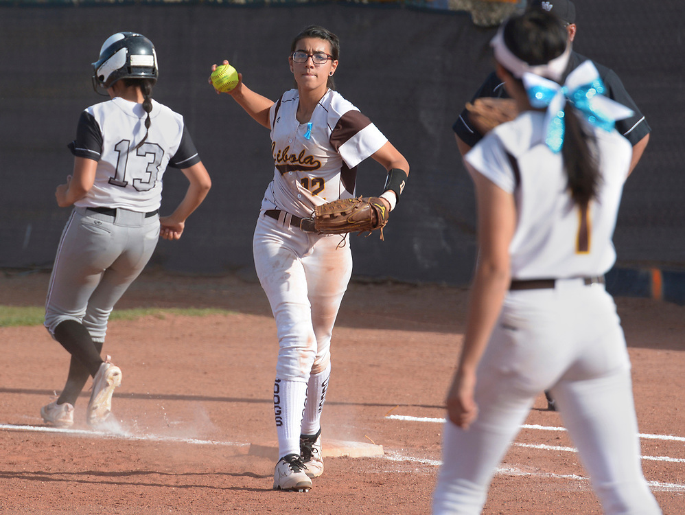 gbs040617s/SPORTS -- Cibola firs baseman Lidia Castellano, 12, throws to the pitcher after forcing out Volcano Vista's Jacklyn Gallegos, 13, during the game at Cibola on Thursday, April 6, 2017. (Greg Sorber/Albuquerque Journal)