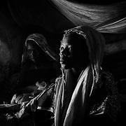 Portrait de Sadia, 14 ans, réalisé le 10 décembre 2014 sous la tente de son père, à Gado. Comme sa soeur Mariamou (G), Sadia a été mariée de force à un homme de 20 ans son ainé. Les rêves de liberté de l'adolescente se sont très vite opposés aux ambitions de son nouveau mari qui voulait qu'elle lui assure avant tout descendance et servitude. Après une énième dispute achevée par des coups portés par un mari jaloux, Sadia est retournée chez son père. Une fois que ce dernier se sera acquitté du remboursement de la dote auprès du mari, il pourra envisager de la marier à nouveau, malgré elle.