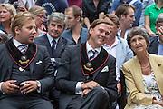 Corpsleden praten met de voorzitter van de Universiteit Utrecht Yvonne van Rooy. In Utrecht vindt tijdens de introductiedagen het eerste lijsttrekkersdebat plaats voor de Tweede Kamerverkiezingen. Diederik Samsom (PvdA), Alexander Pechtold (D'66), Arie Slob (ChristenUnie), Jolande Sap (GroenLinks) en Sybrand Buma (CDA) discussieerden vooral over de zaken die studenten aangaan. Pechtold en Samsom wonnen samen het debat.<br /> <br /> Members of the corps are talking to chairman of the Utrecht University Yvonne van Rooy. At the introduction days for the Utrecht University freshmen, political leaders are debating for the first time to start the campaign for the elections of the Dutch parliament. Diederik Samsom (PvdA), Alexander Pechtold (D'66), Arie Slob (ChristenUnie), Jolande Sap (GroenLinks) and Sybrand van Haersma Buma (CDA) are debating mainly on issues concerning education. Samsom and Pechtold won this debate equally.