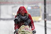 In Utrecht rijden fietsers door de sneeuw.<br /> <br /> In Utrecht cyclist ride at the snow.