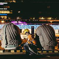 HSKA 20131113 Rautatieaseman kivimiehet ovat olleet huollossa, ja ne tuotiin takaisin paikoilleen torstai yöllä. Työmies Jari Hjelt laittaa hihnoja paikoilleen ennen varsinaista nostoa. Kuva: Benjamin Suomela