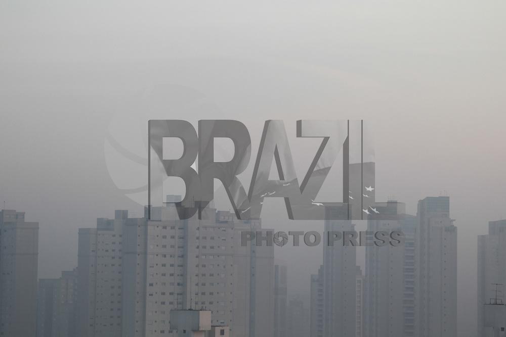 SAO PAULO, SP, 16-05-2014, NEBLINA. São Paulo amanheceu com leve neblina na regiao da Mooca, nessa sexta-feira (16).          Luiz Guarnieri/ Brazil Photo Press.