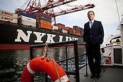 Fotografias de Carlos Castro, gerente general de Transmeridian, en el el puerto del Callao.