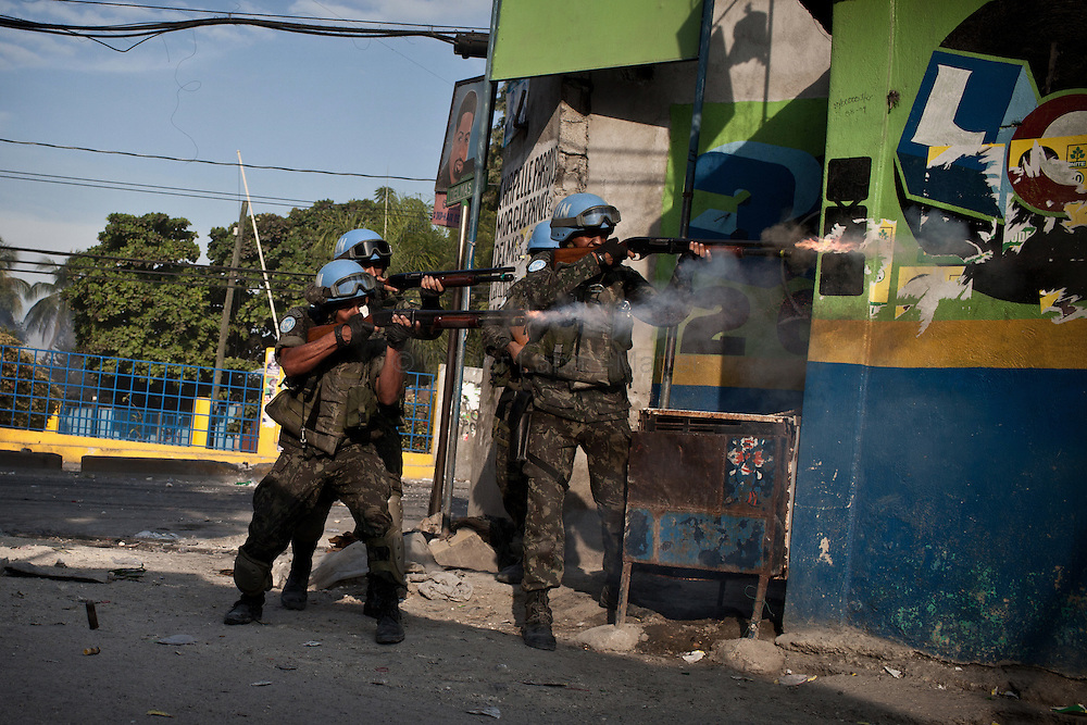 Martelly's supporters demonstrate, in the streets of Port-au-Prince, to protest against the results of the presidential elections and the defeat of their leader, Michel Martelly. /// Minustah's soldiers chase Martelly's supporters in a neighborhoud of Port-au-Prince.