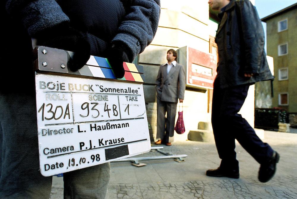 """"""" SONNENALLEE """" - Film von Leander Hauflmann (Regie) und Thomas Brussig (Drehbuch). sowie Detlev Buck. Produktion: Boje + Buck, Berlin.Hier : Dreharbeiten / die KLAPPE....19.10.1998 Potsdam Babelsberg"""