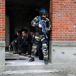 Intervention des Commandos Parachutistes de l'Air du COS dans le cadre de l'exercice final &quot;Evacuation d'autorit&eacute; en situation d&eacute;grad&eacute;e&quot; du stage TEASS organis&eacute; par le GIGN pour les gendarmes mobiles appel&eacute;s &agrave; assurer la s&eacute;curit&eacute; en ambassades.<br /> un Commando Parachutiste de l'Air assure la s&eacute;curit&eacute; des &eacute;vacu&eacute;s en attendant l'arriv&eacute;e de l'h&eacute;licopt&egrave;re