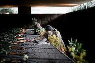 ROMA. UNA DONNA PIANGE SULLA TOMBA DI UN SUO FAMILIARE NEL GIORNO COMMEMORATIVO DELL'ECCIDIO DELLE FOSSE ARDEATINE