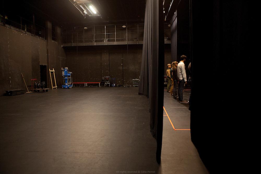 """L'Encyclopédie de la parole est un projet collectif initié par Joris Lacoste en 2007 qui cherche à appréhender transversalement la diversité des formes orales. Toutes sortes d'enregistrements sont répertoriés comme phénomènes particuliers de la parole et servent de matière pour produire des pièces sonores, des spectacles, des performances, des conférences, des installations etc. L'Encyclopédie de la parole est animée par un collectif de poètes, d'acteurs, d'artistes plasticiens, d'ethnographes, de musiciens, de curateurs, de metteurs en scène, de dramaturges, de chorégraphes, de réalisateurs de radio. Son slogan est : """"Nous sommes tous des experts de la parole""""."""