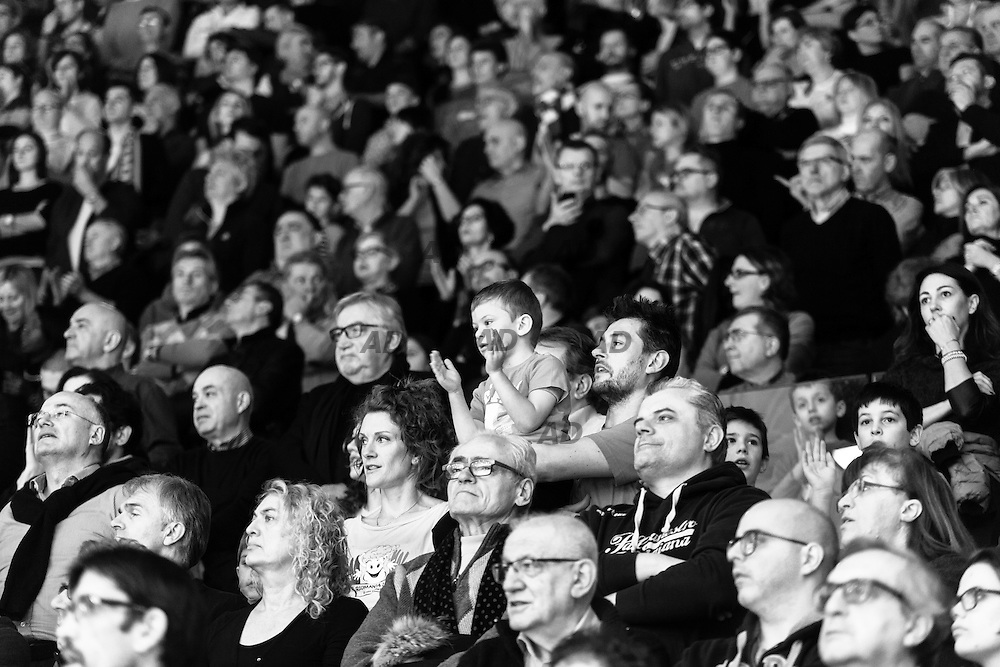 Il pubblico al PalaBigi di Reggio Emilia. <br /> Caserta &egrave; l&rsquo;unica citt&agrave; del sud a vantare un titolo nella pallacanestro agli inizi degli anni 90, al tempo Phonola Caserta, oggi Pasta Reggia Caserta. Dopo essere praticamente scomparsa alla fine degli anni 90 &egrave; ricomparsa nel 2003 iscrivendosi in serie B e nel 2008 &egrave; tornata in serie A.<br /> Dopo cinque sconfitte consecutive la Pasta Reggio di Caserta vince a Reggio Emilia un incontro intenso e vibrante al termine del tempo supplementare. A 30&rdquo; dalla fine era sotto di tre punti, Prima Putney fa un canestro da 3 punti e poi a 2&rdquo; il nuovo arrivato Diawara segna il punto della vittoria.