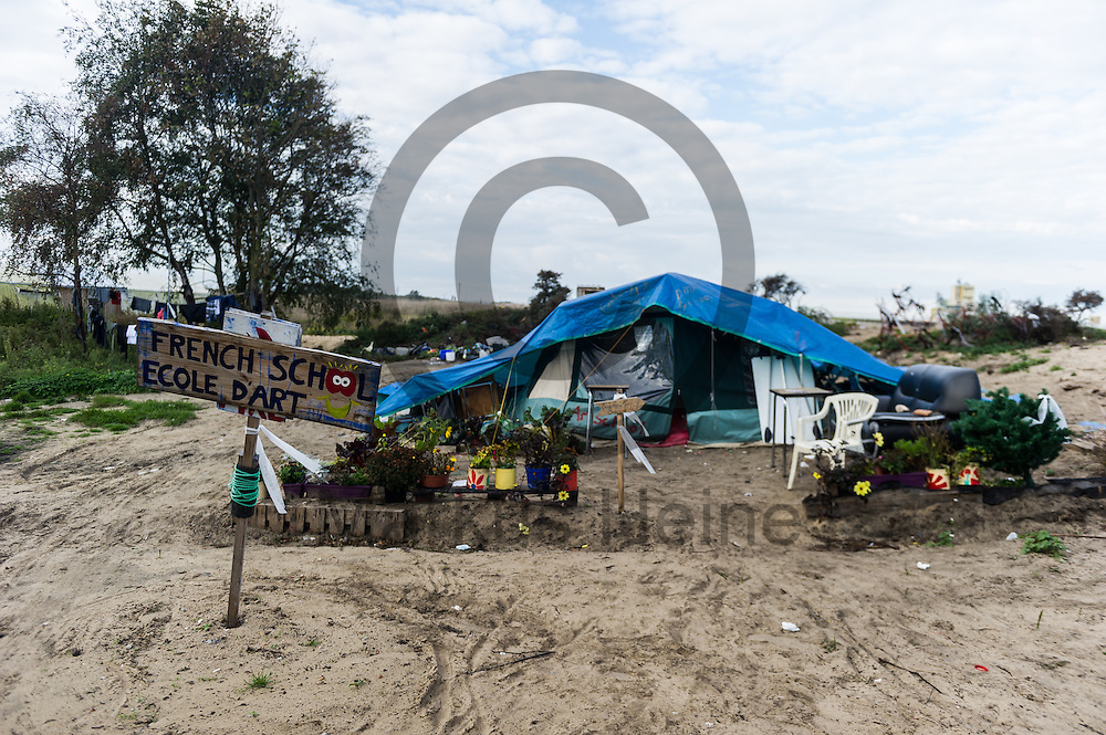 Calais, Frankreich - 16.10.2016<br /> &quot;French School Ecole d`Art&quot; steht im Dschungel von Calais auf einem Schild vor einem Zelt. Das Fluechtlingscamp an der Kueste zum Aermelkanal soll laut franzoesischer Regierung in den naechsten Tagen geraeumt werden. In dem Camp leben um die 1000 Fluechtlinge und warten auf die Moeglichkeit zur Weiterreise durch den Eurotunnel nach Gro&szlig;britannien. Photo: Foto: Markus Heine / heineimaging<br /> <br /> Calais, France - 2016/10/16<br /> &quot;French School Ecole d`Art&quot; stands in the Calais Jungle on a sign in front of a tent. The refugee camp on the coast to the English Channel is to be cleared in the next few days, according to the French government. In the camp live around the 1000 refugees and wait for the possibility to travel further through the Eurotunnel to the UK. Photo: Foto: Markus Heine / heineimaging<br /> <br /> ------------------------------<br /> <br /> Veroeffentlichung nur mit Fotografennennung, sowie gegen Honorar und Belegexemplar.<br /> <br /> Bankverbindung:<br /> IBAN: DE65660908000004437497<br /> BIC CODE: GENODE61BBB<br /> Badische Beamten Bank Karlsruhe<br /> <br /> USt-IdNr: DE291853306<br /> <br /> Please note:<br /> All rights reserved! Don't publish without copyright!<br /> <br /> Stand: 10.2016<br /> <br /> ------------------------------